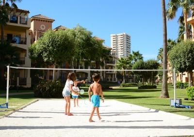 Niños jugando al Badminton